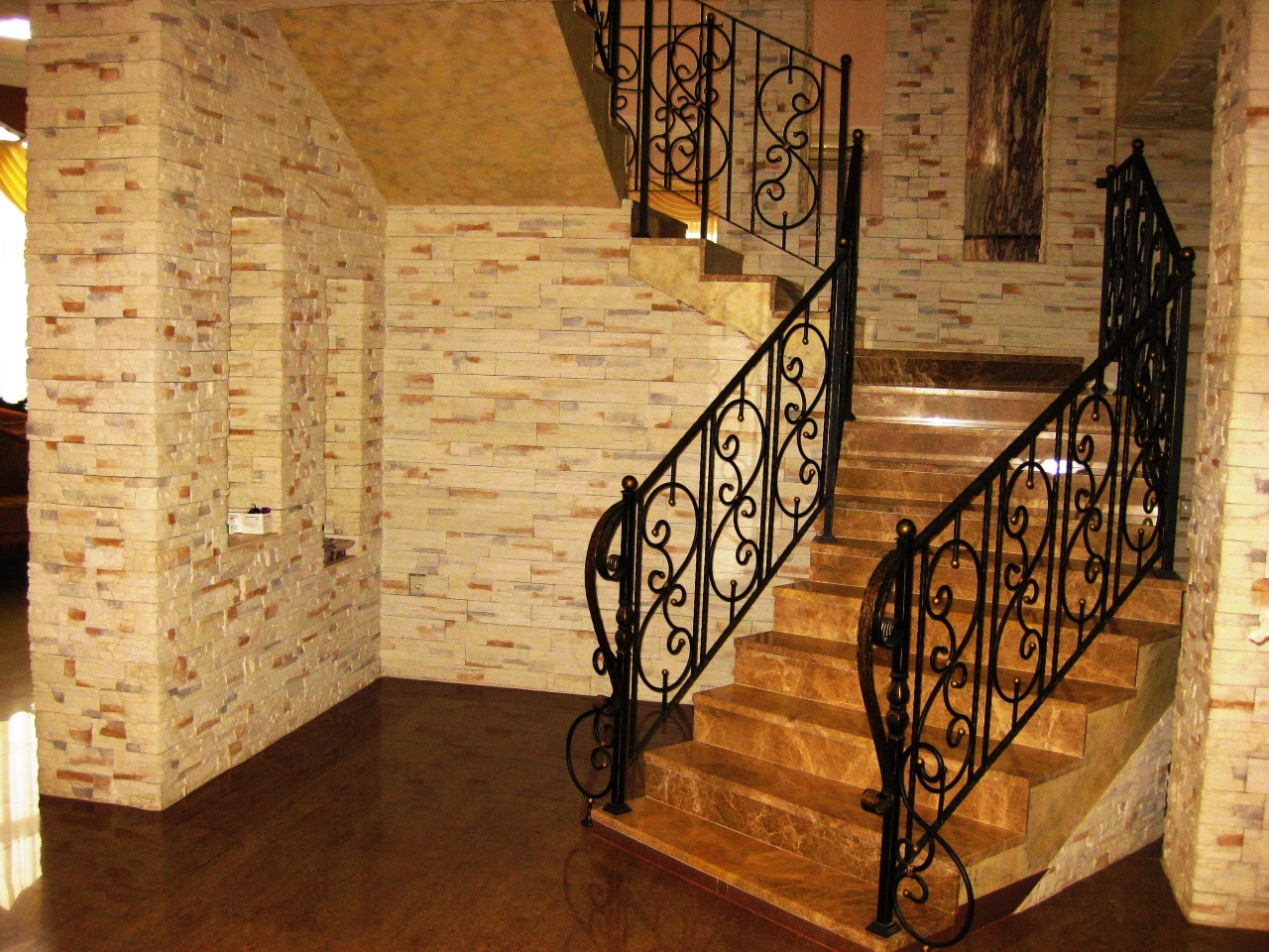 Лестница с кованными перлами