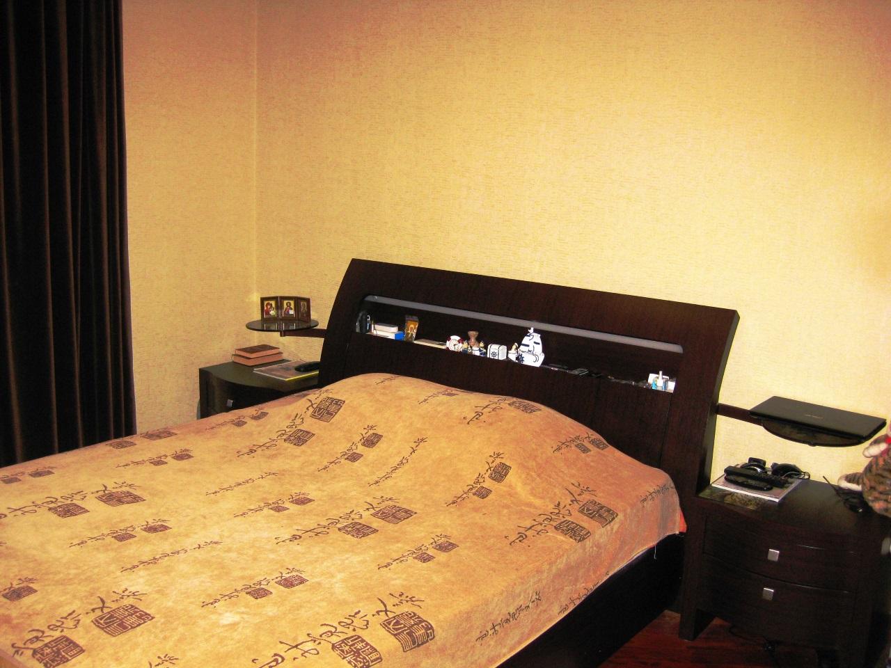 Спальня с просторной кроватью