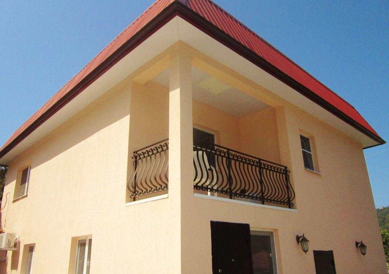 Балкон с кованным ограждением