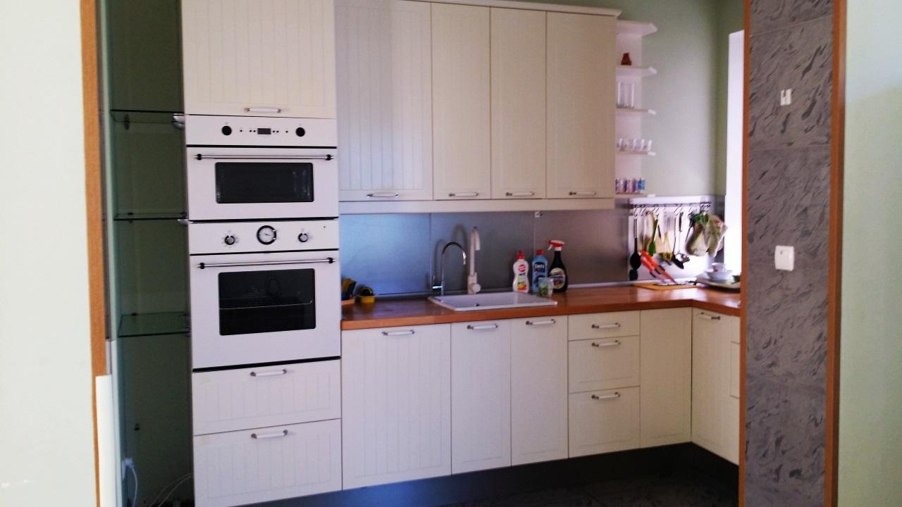 Угловая кухня с пластиковыми фасадами