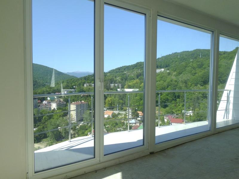 Выход на просторный балкон