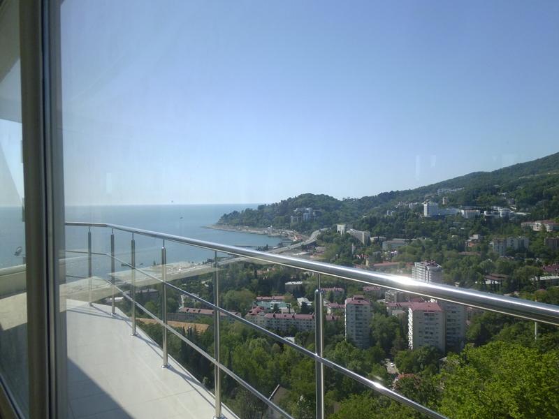 Просторный угловой балкон