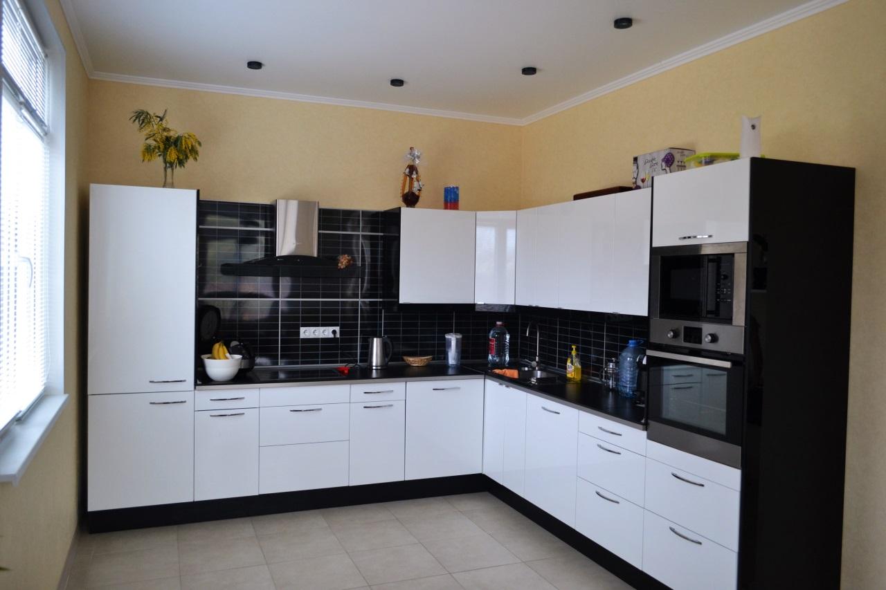 Большая белая угловая кухня