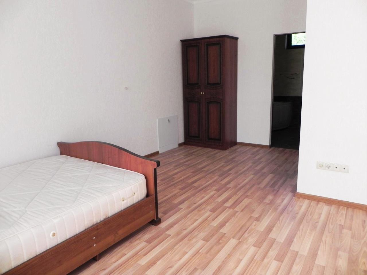 Комната с кроватью и шкафом
