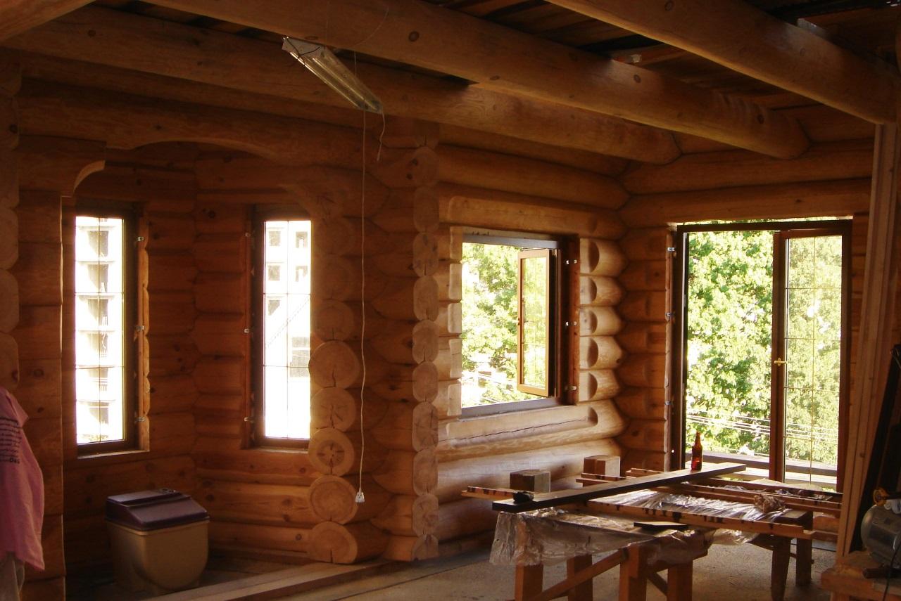 В доме деревянные окна