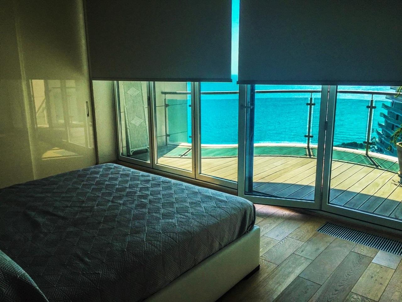 Спальная с видом на море и балконом