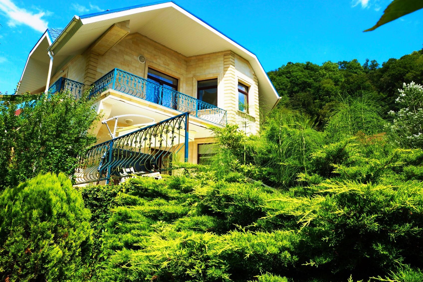 Дом в зелени