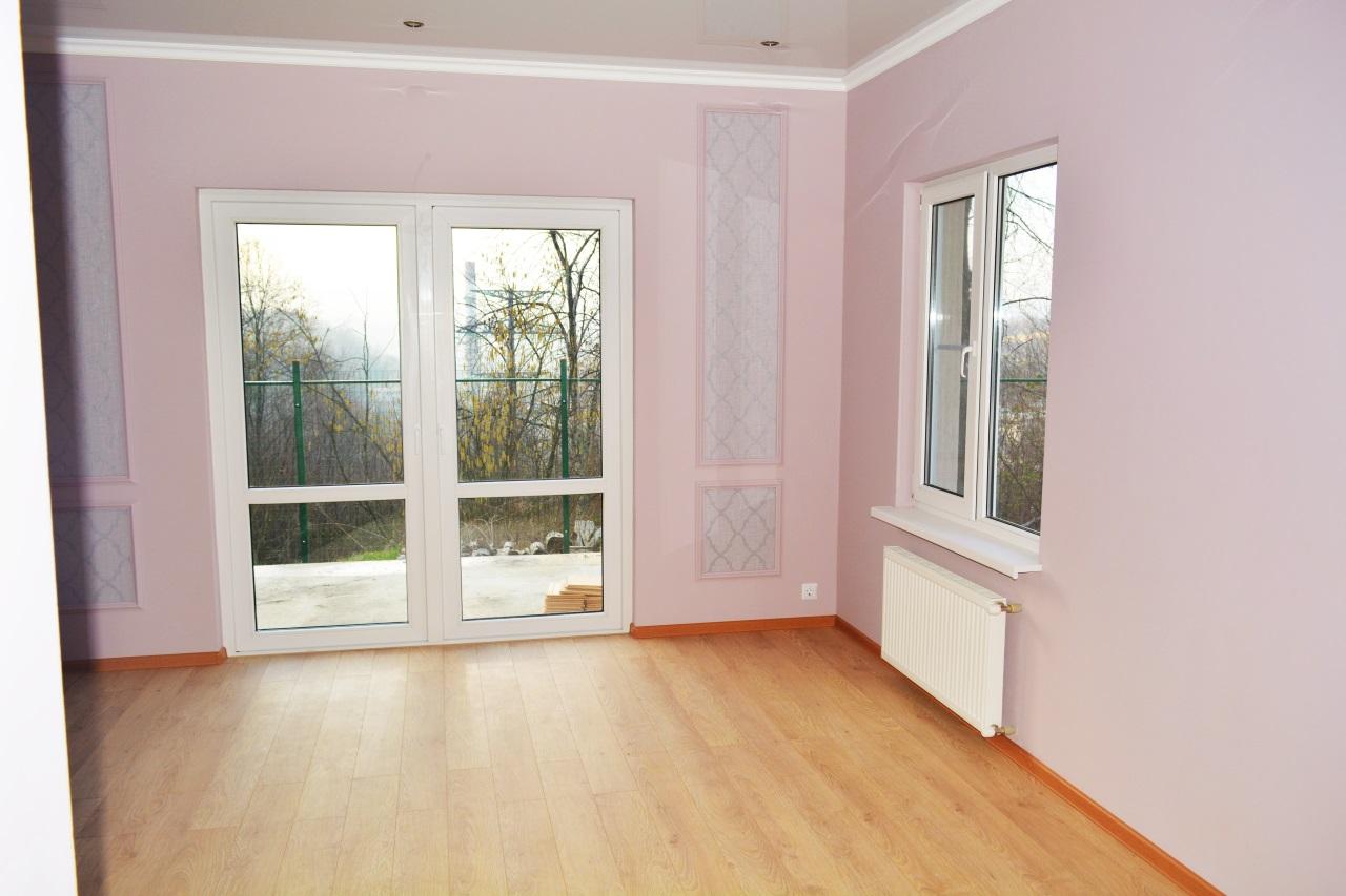 Комната в доме с большими окнами