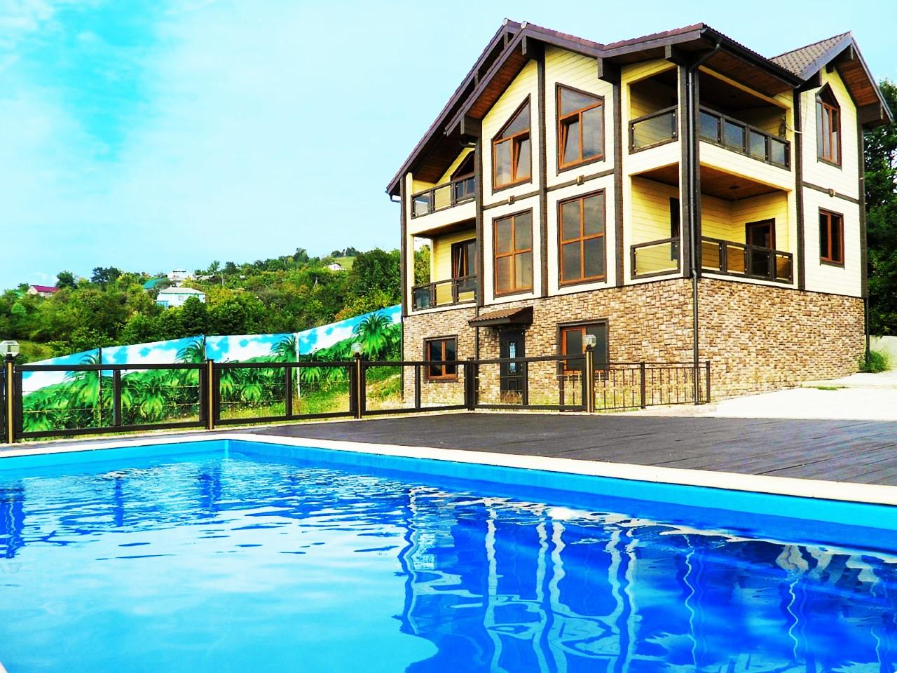 Дом с большим бассейном