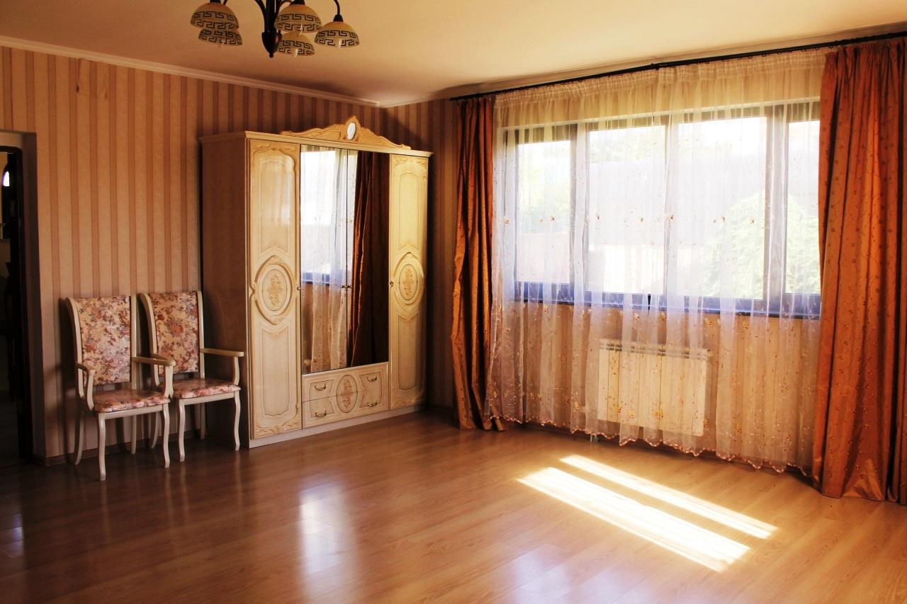 Комната с большими окнами