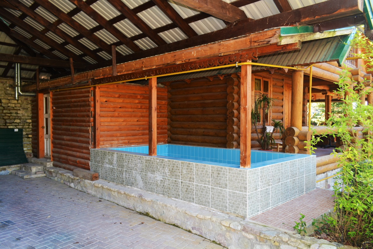 У бани бассейн