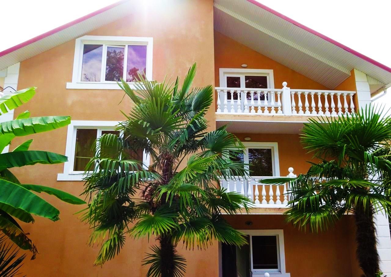 У дома большие пальмы