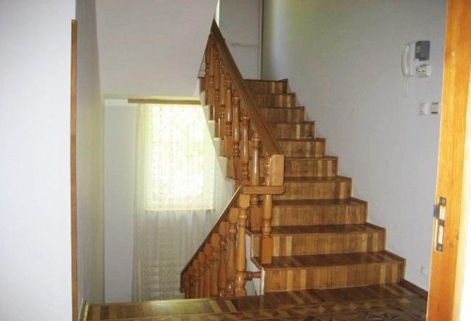 Лестница отделана деревом