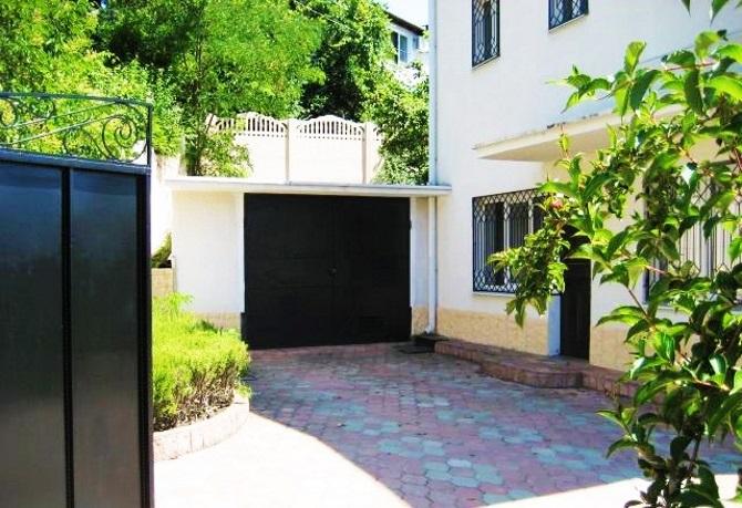 Двор у дома