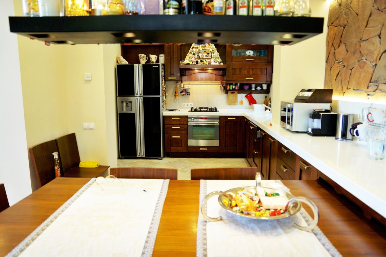 Угловая деревянная кухня