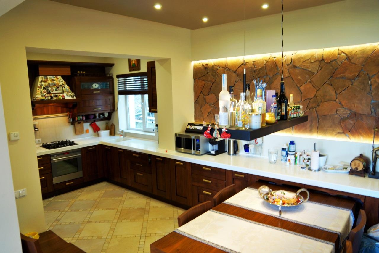 Встроенная кухня со столом