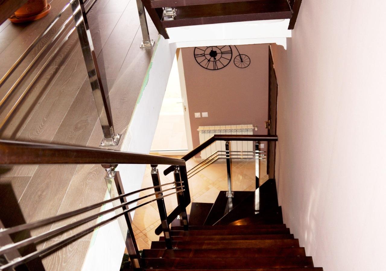Лестница из красного дерева
