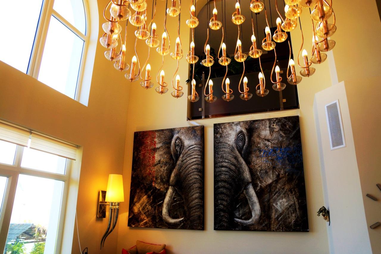 На стене картина