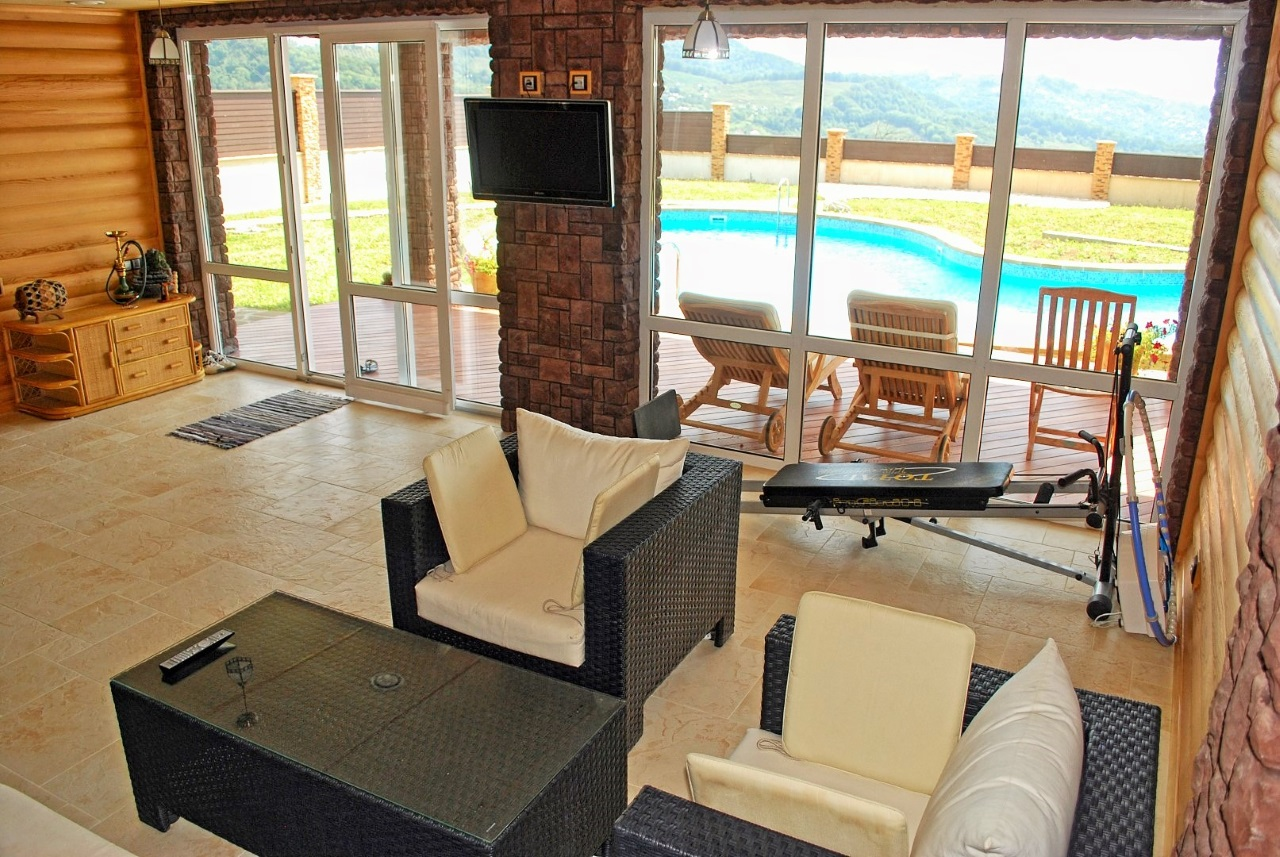 Гостиная с видом на бассейн