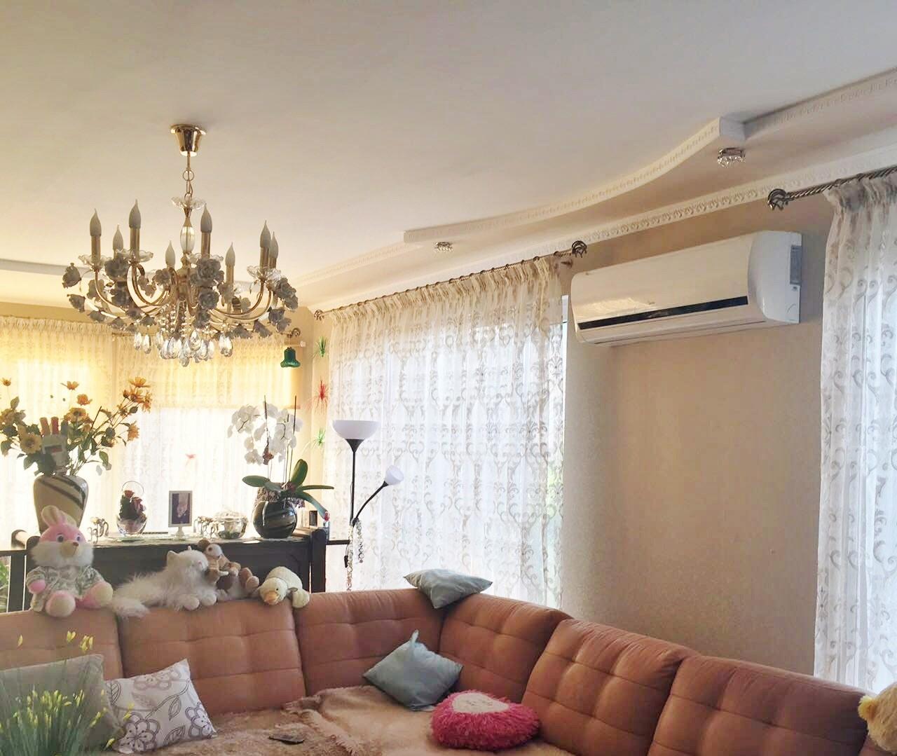 Комната с большим диваном