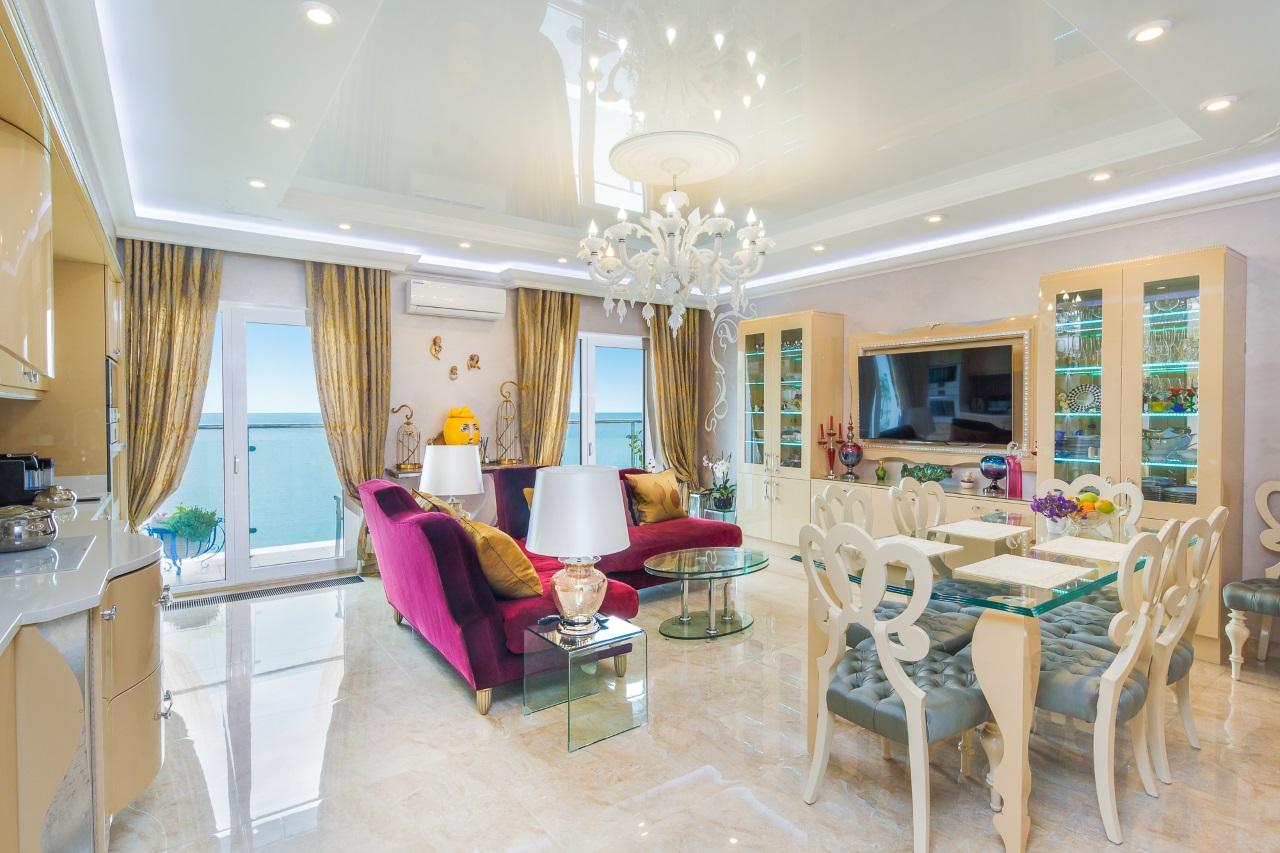 Кухня-гостиная с панорамными окнами
