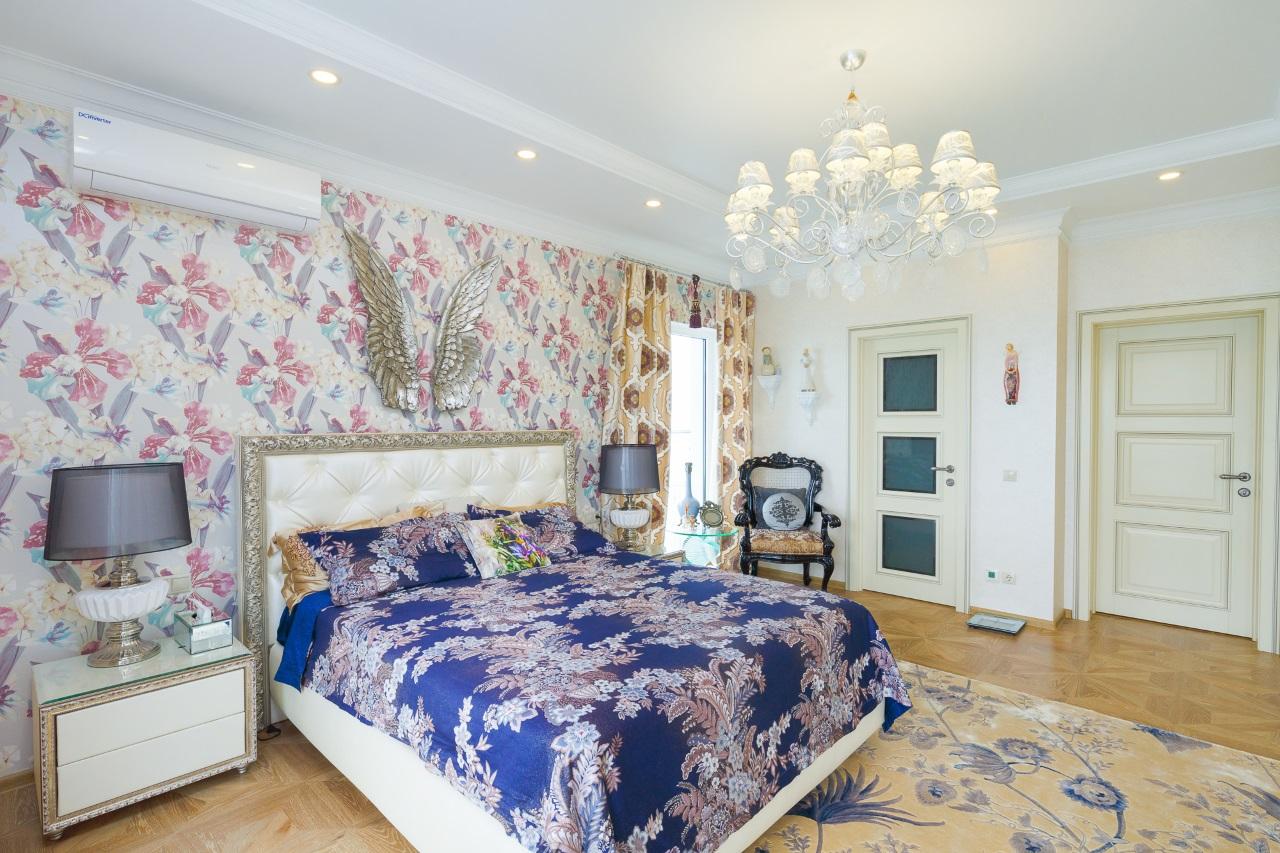 Большая светлая кровать