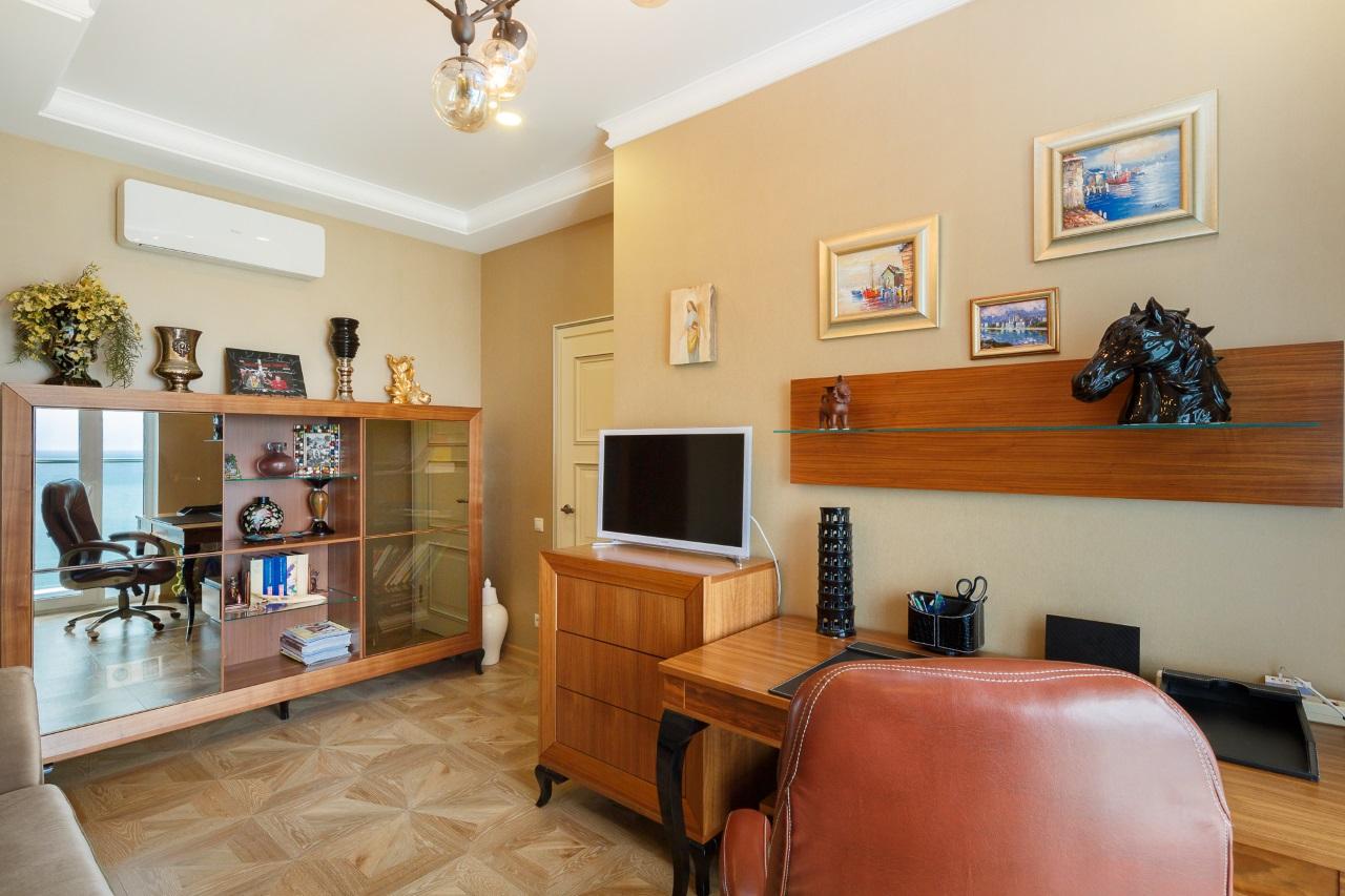 Кабинет с мебелью из массива