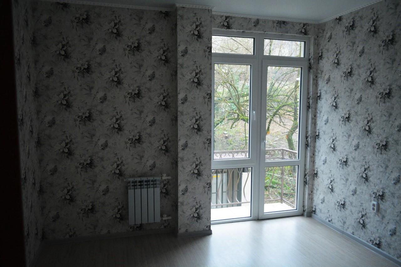 Зал с большим окном