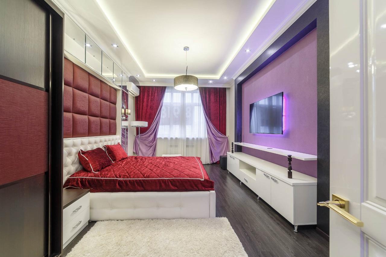 Спальная в бордовых тонах