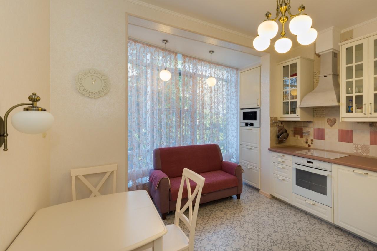 Кухня с обеденной зоной и диваном