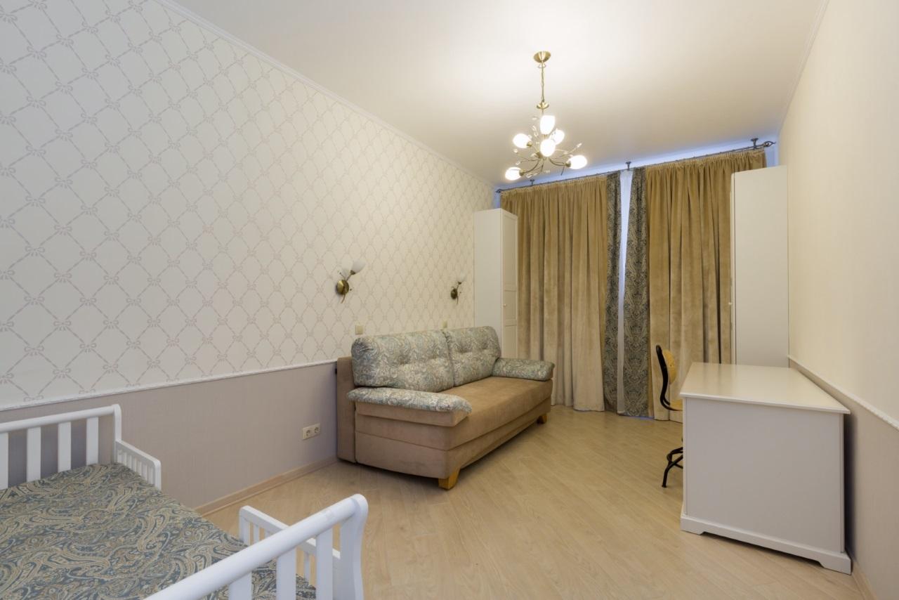 Небольшая комната с диваном