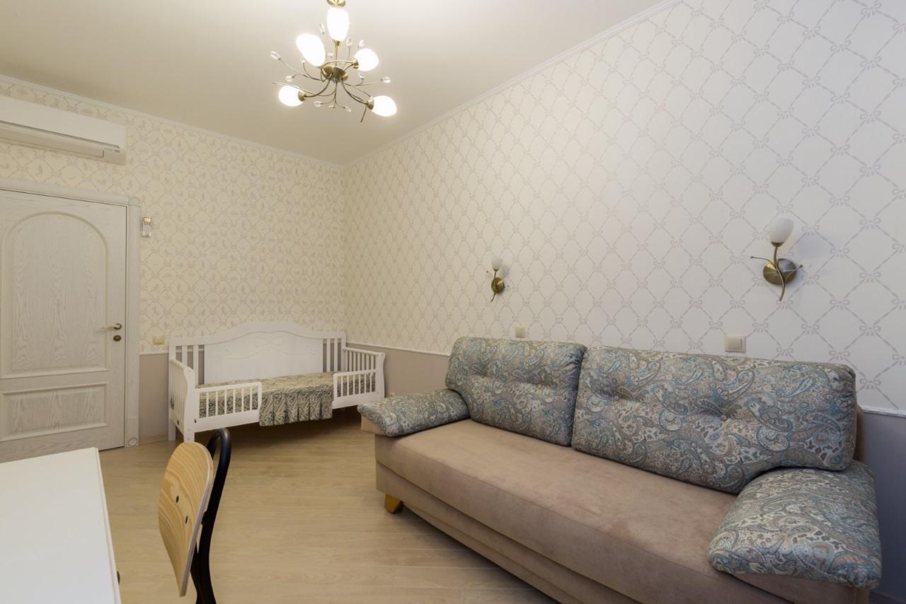 В комнате детская кроватка