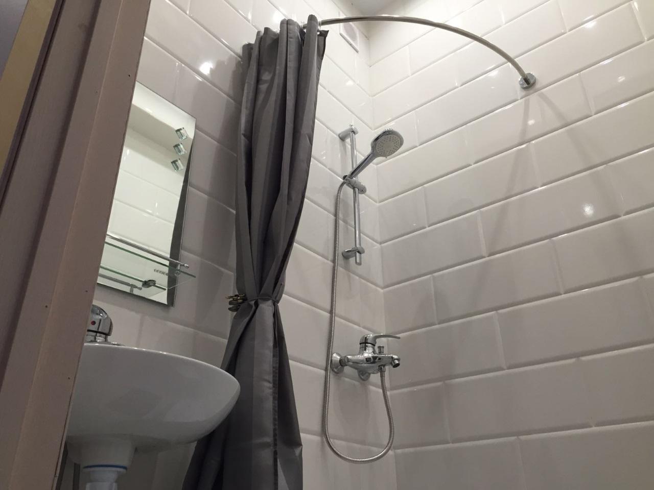 В ванной комнате белая плитка