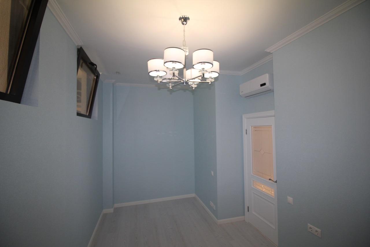 В квартире голубые стены