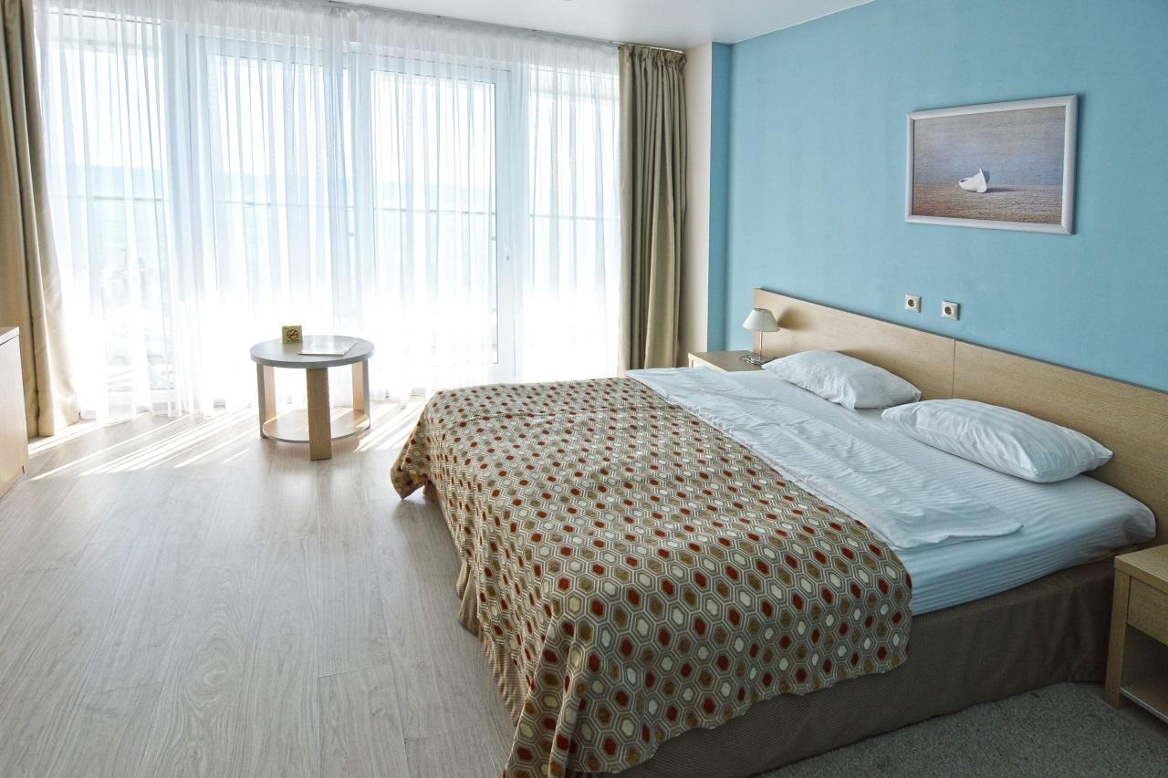 Большая кровать в светлой комнате