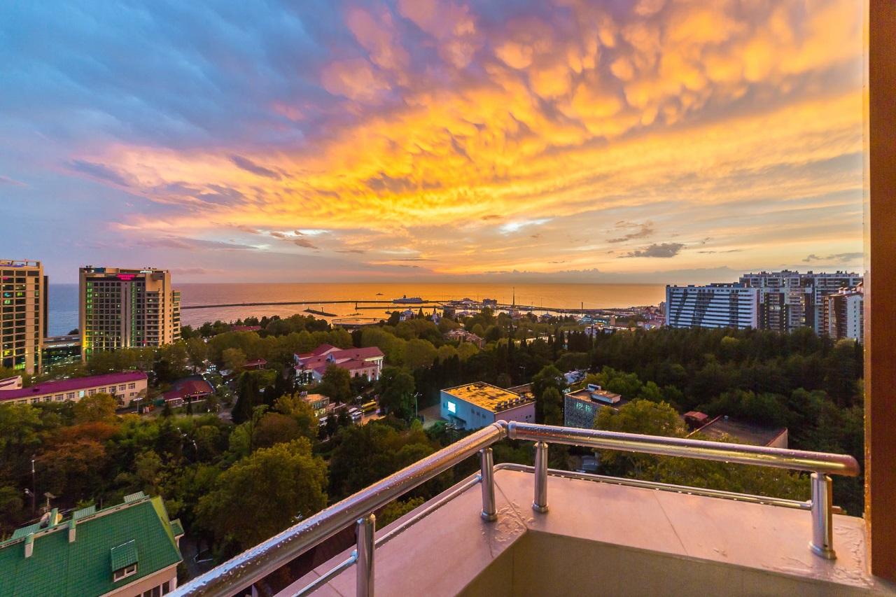 Балкон с видом на море и Сочи