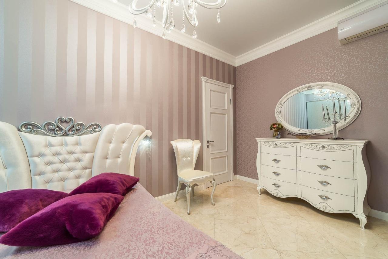 Спальная с белой мебелью