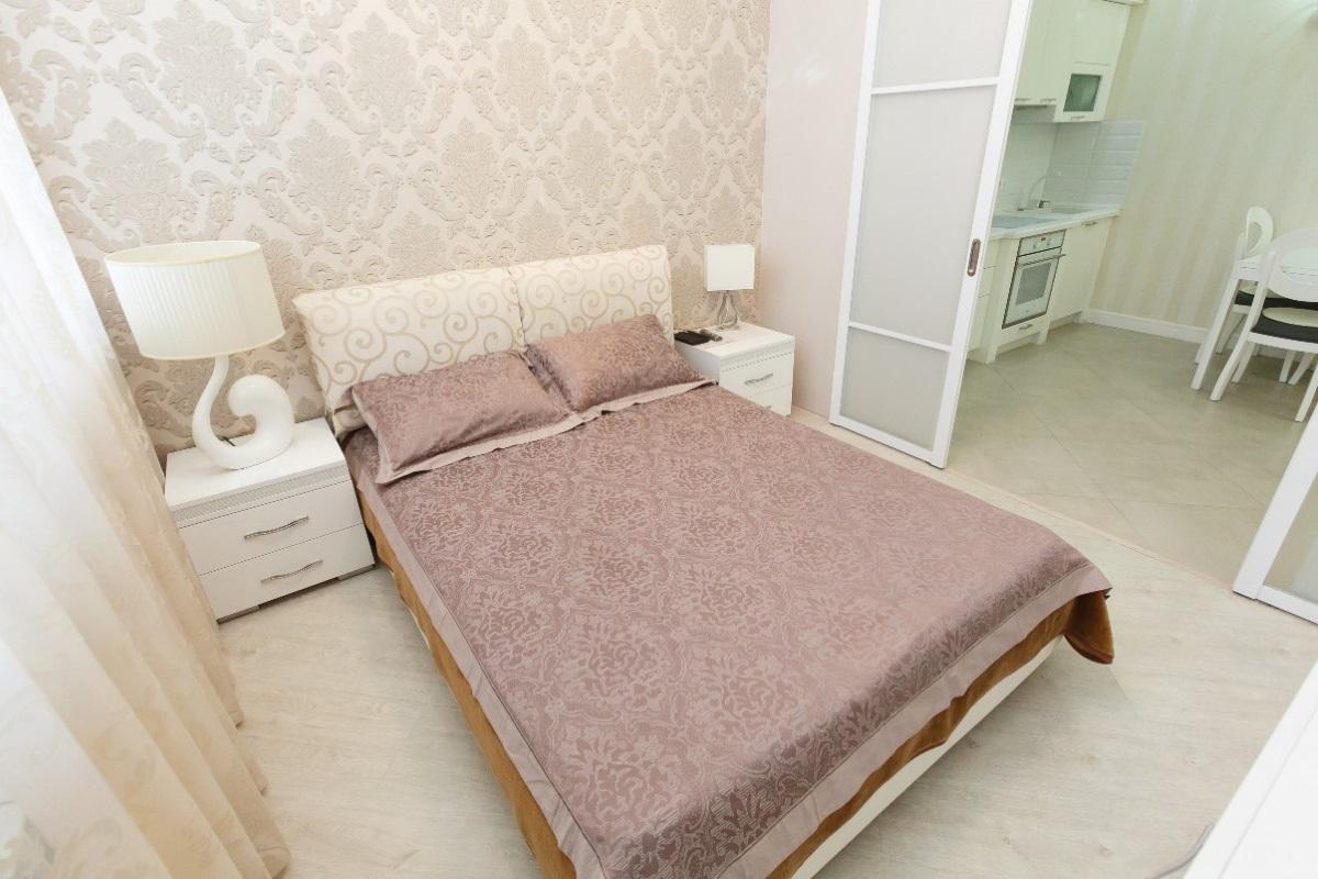 Двухспальная кровать в хозяйской комнате